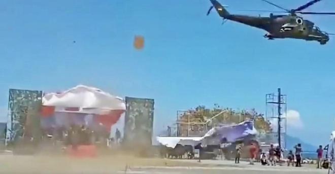Truc thang Mi-35 bay qua thap pha nat le duyet binh o Indonedia hinh anh
