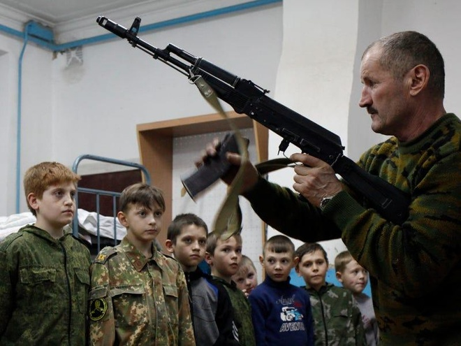 Nga day hoc sinh lap sung AK-47 de vun dap long yeu nuoc hinh anh 1