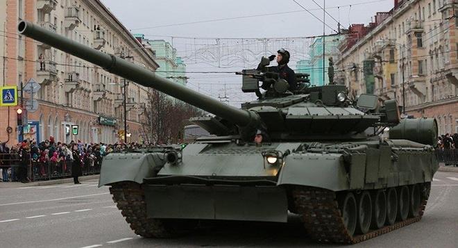 Xe tang T-80 giai cuu xe buyt mac ket o Nga hinh anh