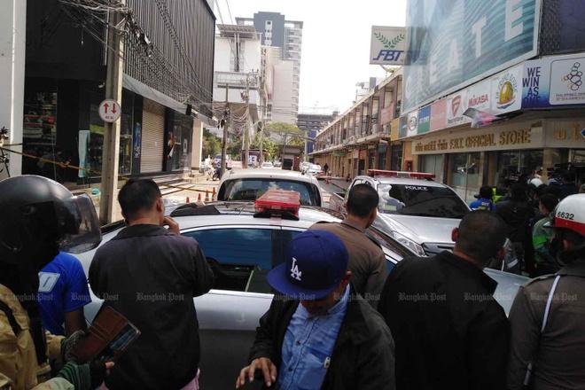 Cảnh sát bao vây nơi tòa nhà nghi phạm cố thủ ở trung tâm Bangkok. Ảnh: Bangkok Post.