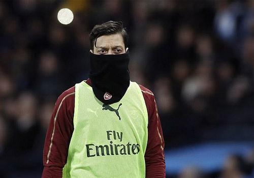 Oezil khong ra di, Arsenal khon don hinh anh