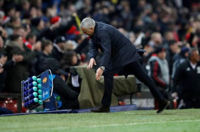 Mourinho tro lai Old Trafford va su sap dat tro treu cua so phan hinh anh 1