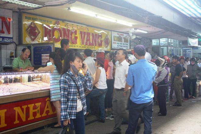 Hang tram nguoi do xo den cho Dong Ba ban vang hinh anh