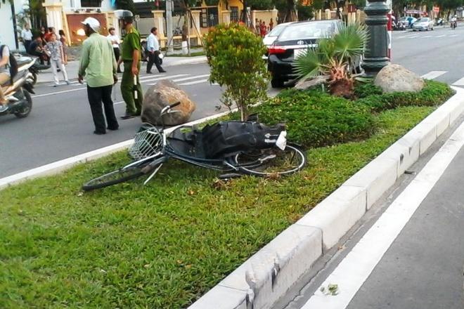 Oto mat lai tong nguoi di xe dap vang len dai phan cach hinh anh 1 Hiện trường vụ tai nạn. Ảnh: Điền Quang