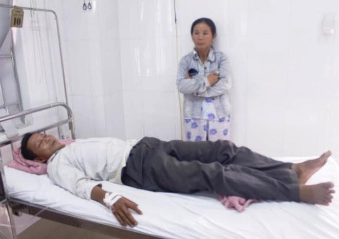 Nhom thanh nien trom vit tan cong nguoi dan hinh anh 1 Ông Đặng Ất đang nằm điều trị chấn thương ở bệnh viện. Ảnh: Điền Quang