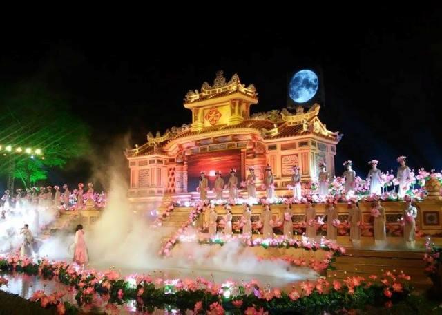 Hang nghin nguoi doi mua tham du khai mac festival nghe tai Hue hinh anh