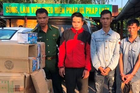 Bat oto van chuyen 250 kg phao lau tu Lao ve Viet Nam hinh anh