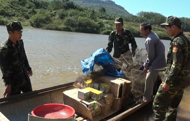Do may vuot song cho gan 300 kg phao lau tu Lao ve Viet Nam hinh anh 1