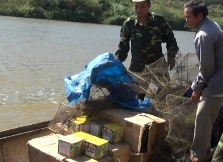 Do may vuot song cho gan 300 kg phao lau tu Lao ve Viet Nam hinh anh