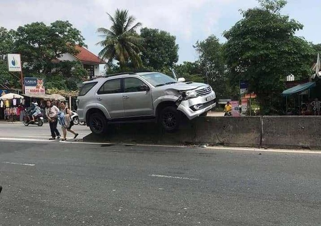 Xe Fortuner leo dai phan cach cao hon nua met hinh anh 1