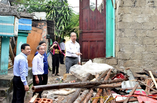Chủ tịch tỉnh Thừa Thiên - Huế kiểm tra công tác giải phóng mặt bằng. Ảnh: N.M.