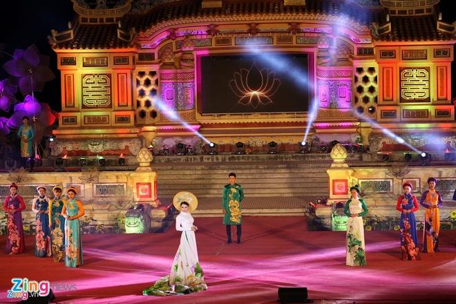Lui thoi gian to chuc Festival Hue 2020 den cuoi thang 8 hinh anh 1 ao_dai_zing_1.jpg