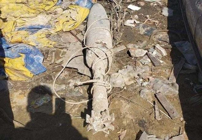 Quả bom được người dân vớt lên trong lúc kéo lưới. Ảnh: Đ.D.