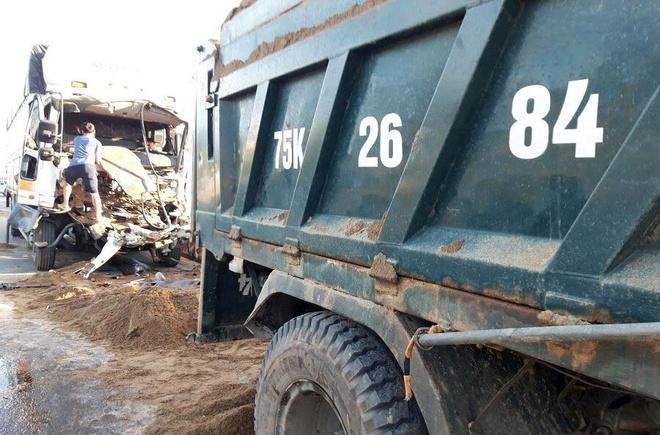Phần đầu ôtô tải nát bét sau vụ tai nạn. Ảnh: D.L.