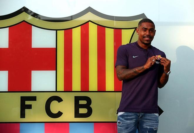 Barca thua nhan mua Malcom chi de tra thu AS Roma hinh anh