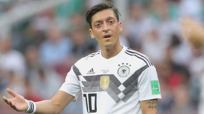 Chu tich Bayern: Phan biet chung toc chi la cai co nguy bien cua Ozil hinh anh