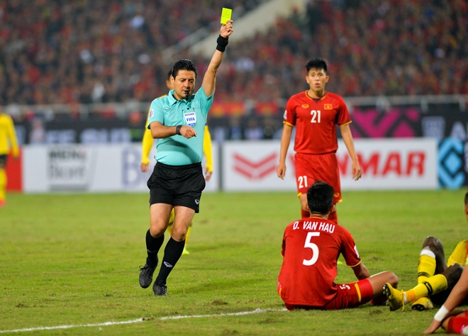 To trong tai World Cup dieu khien tran chung ket luot ve AFF Cup hinh anh