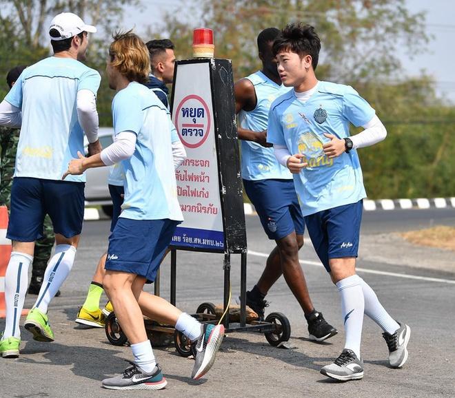 Xuan Truong rang ro tham gia thu thach dau tien tai Buriram United hinh anh 4