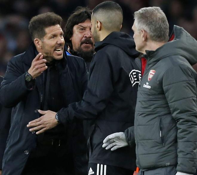 Diego Simeone bi cam chi dao o tran luot ve voi Arsenal? hinh anh