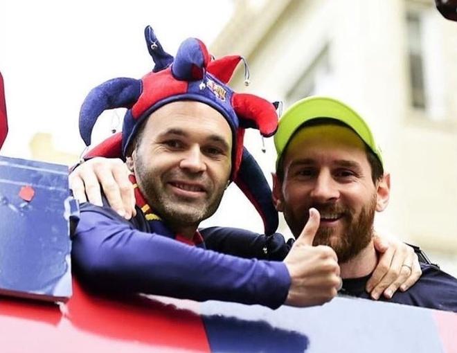 Messi, Iniesta rang ro trong ngay Barcelona dieu hanh Cup vo dich hinh anh