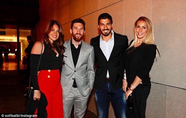 Messi, Suarez thoai mai 'an choi' truoc them El Clasico hinh anh 4