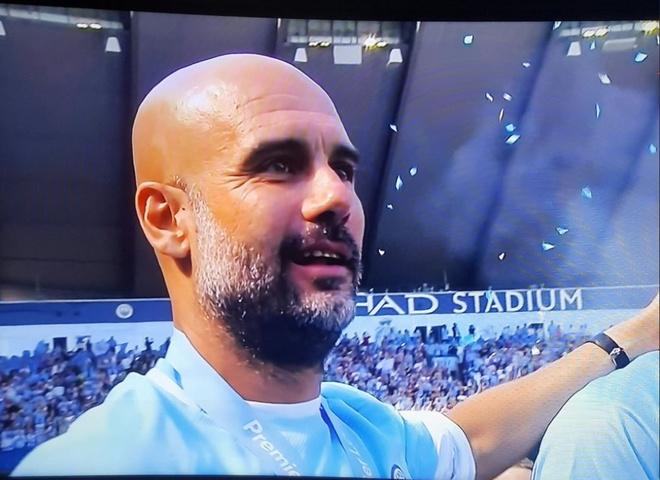 Pep Guardiola lang nguoi trong khoanh khac Man City nang Cup hinh anh