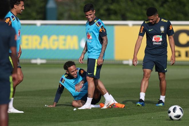 Gat noi dau Champions League, Firmino hoi quan som cung tuyen Brazil hinh anh 8