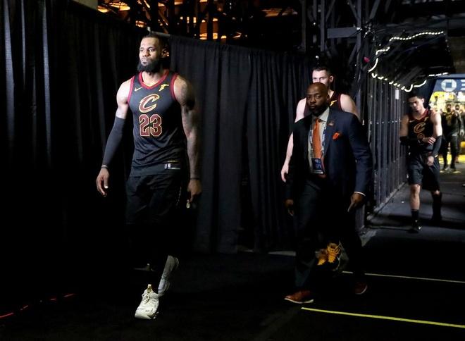 Cavaliers 114-124 Warriors: King James bat luc chiu tran hinh anh 12