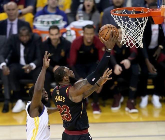 Cavaliers 114-124 Warriors: King James bat luc chiu tran hinh anh 1