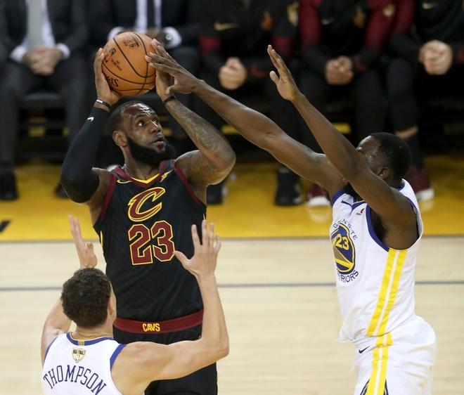 Cavaliers 114-124 Warriors: King James bat luc chiu tran hinh anh 2