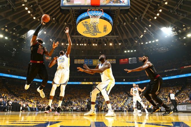 Cavaliers 114-124 Warriors: King James bat luc chiu tran hinh anh 5