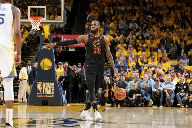 Cavaliers 114-124 Warriors: King James bat luc chiu tran hinh anh 11