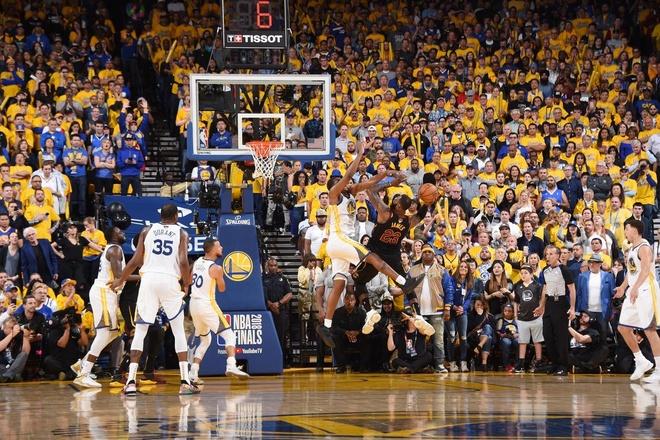 Cavaliers 114-124 Warriors: King James bat luc chiu tran hinh anh 9