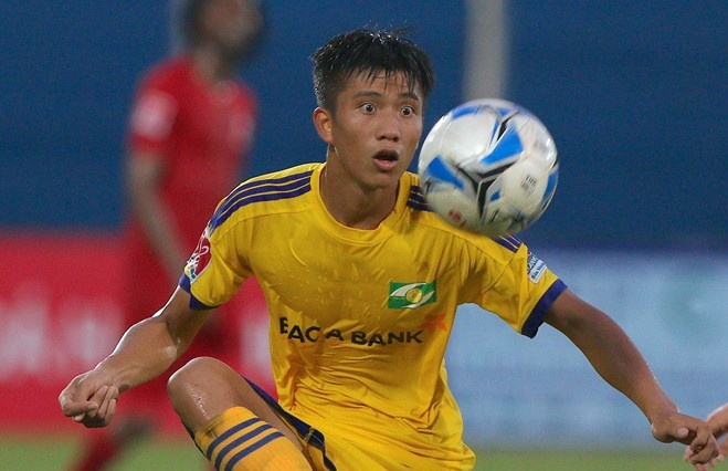 Phan Van Duc chan thuong, HLV SLNA lo sot vo hinh anh