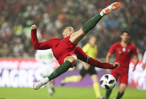 Ronaldo giup con trai the hien ky nang choi bong anh 2