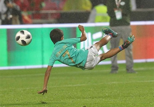 Ronaldo giup con trai the hien ky nang choi bong tuyet voi hinh anh