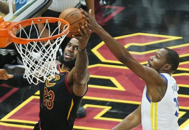 King James bat luc nhin Golden State Warriors thong tri NBA hinh anh 3