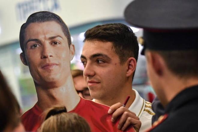 Ronaldo an dien banh bao khi dap chuyen bay xuong Nga hinh anh 3