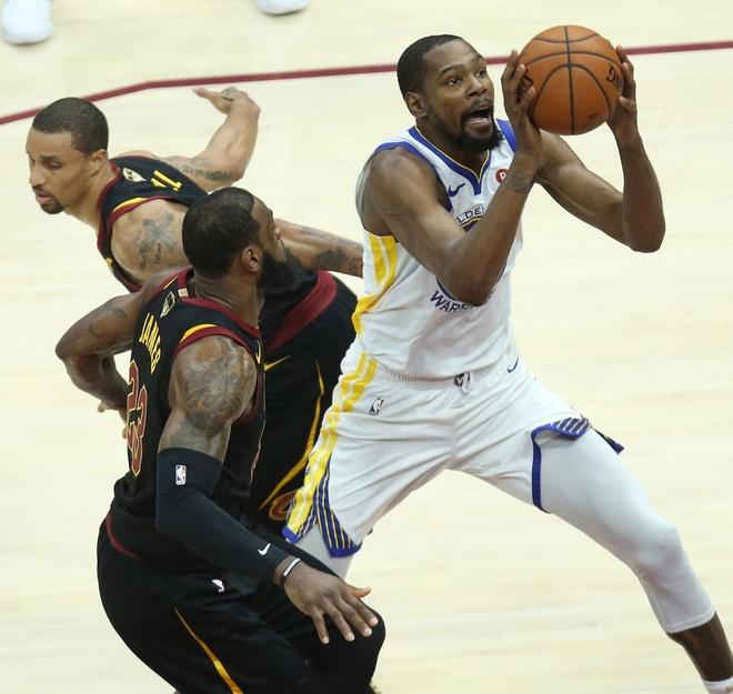 King James bat luc nhin Golden State Warriors thong tri NBA hinh anh 5