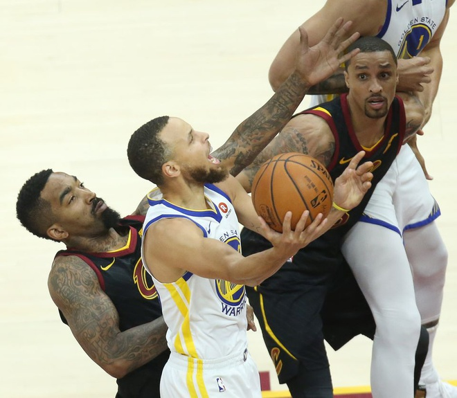 King James bat luc nhin Golden State Warriors thong tri NBA hinh anh 2