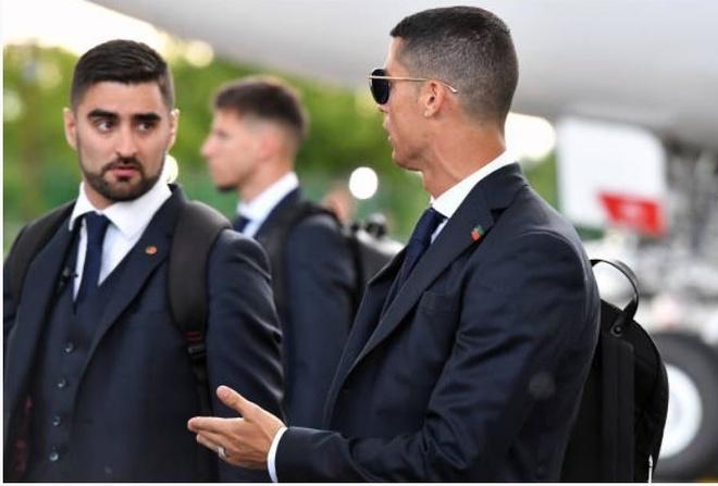 Ronaldo an dien banh bao khi dap chuyen bay xuong Nga hinh anh 7