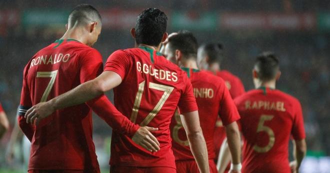 Ronaldo an dien banh bao khi dap chuyen bay xuong Nga hinh anh 12