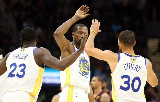 King James bat luc nhin Golden State Warriors thong tri NBA hinh anh 7