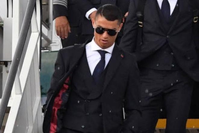 Ronaldo an dien banh bao khi dap chuyen bay xuong Nga hinh anh