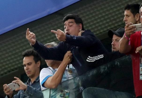 Maradona se tra gia dat sau hanh dong gio 'ngon tay thoi'? hinh anh 1