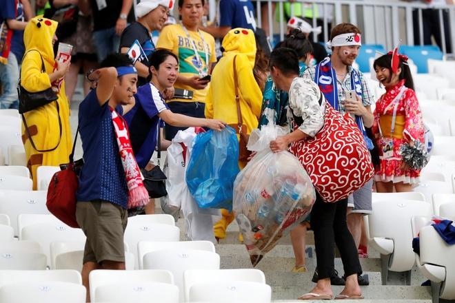 Kết quả hình ảnh cho người Nhật dọn rác sau mỗi trận bóng đá