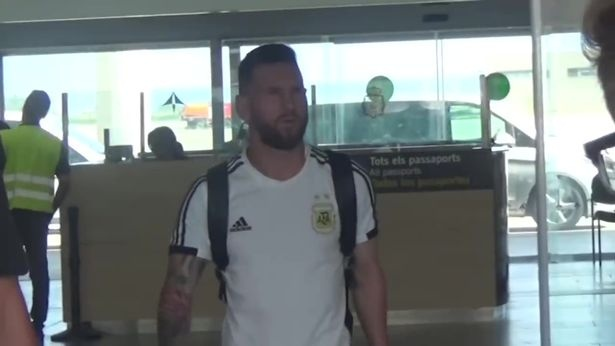 Lionel Messi duoc vo don o san bay Barcelona hinh anh