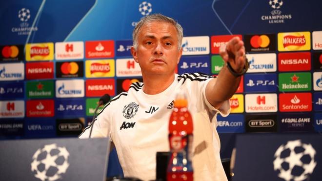 Mourinho che hang tien ve MU thieu sang tao hinh anh 1