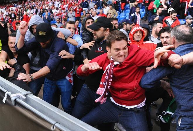 CDV Liverpool bi hooligan danh nhap vien o Italy hinh anh