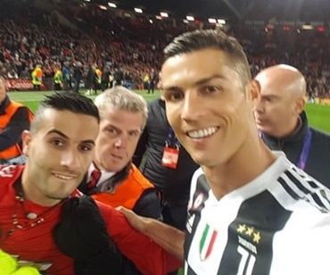 Fan cuồng Ronaldo bị điều tra vì mang súng nhựa vào sân Old Trafford